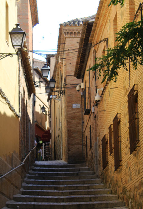 What is the narrowest street or alley in Toledo?